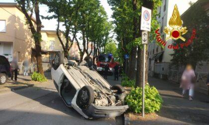 Si ribalta con l'auto e rimane incastrato, 75enne in ospedale