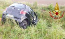 Scontro tra auto sulla Provinciale, una finisce nel campo adiacente
