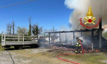 Le foto e il video dell'incendio di una legnaia e un furgone a Castiraga Vidardo
