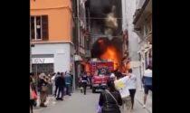 Spazzatrice prende fuoco nel centro di Piacenza, il video dell'impressionante incendio