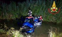 Schianto a Mairago, le foto dell'auto finita in un fosso pieno d'acqua