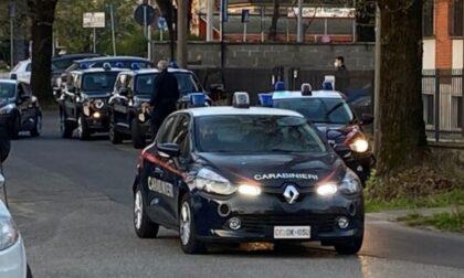 Alla guida senza patente fugge all'alt dei carabinieri: inseguito e fermato
