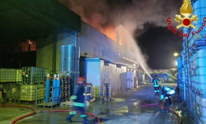 Incendio in una fabbrica d'inchiostro a Crespiatica, le foto e il video dell'intervento