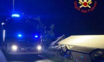 Camion in un fosso e capannone in fiamme, arrivano i Vigili del fuoco