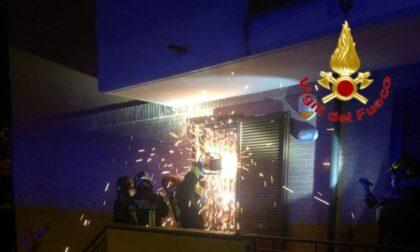 Richiesta d'aiuto da un appartamento, i Vigili del fuoco tagliano le inferiate per entrare