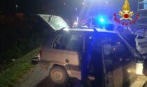 Anziano si schianta contro un palo della luce e resta intrappolato nell'auto