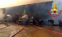 Ancora rotoballe in fiamme: le immagini dello spaventoso incendio a Maleo