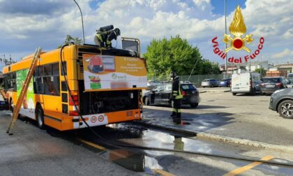 Paura a Lodi, autobus di linea prende fuoco durante la corsa