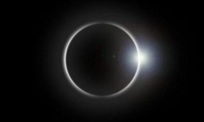 """Occhi (protetti) al cielo oggi per la """"mini eclisse"""""""