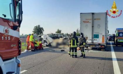 """Tragedia in Autostrada, 5 morti: Il testimone: """"Non ha visto la coda, a tutta velocità contro il camion"""""""