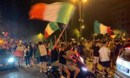 È l'Italia la regina d'Europa: Lodi esplode per i festeggiamenti, il video della ruspa in piazza carica di tifosi