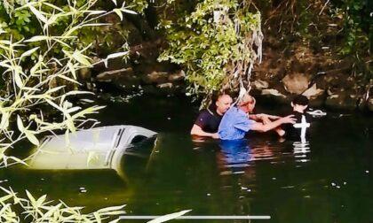 Automobilisti di passaggio si tuffano nel fiume per salvare un anziano finito in acqua con l'auto