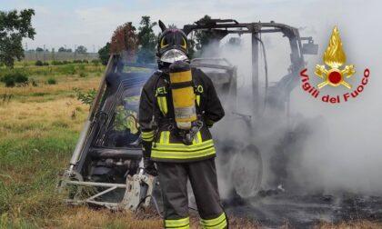 Mezzo agricolo in fiamme a Pieve Fissiraga, le foto dello spegnimento