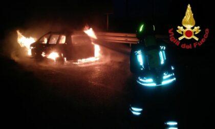 Auto in fiamme sull'A1, pericolo scampato per il conducente