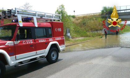 Acqua riversata in strada, i Vigili del fuoco ripristinano le pompe