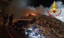 Incendio in una ditta di rifiuti, tra le fiamme anche un macchinario compattatore