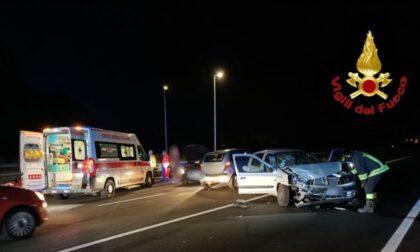 Le foto dello schianto nella notte tra due vetture a Lodi: 3 feriti
