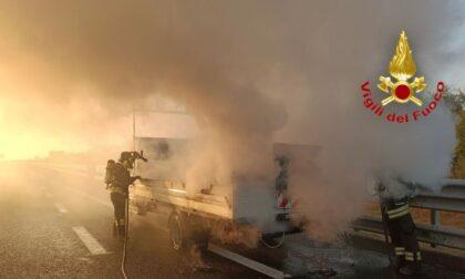 Furgone della segnaletica stradale in fiamme in autostrada, conducente salvo per un soffio