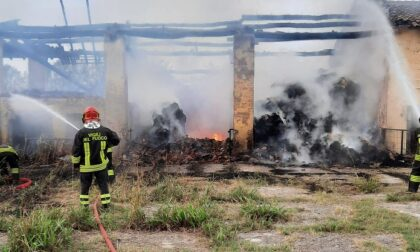 Incendio in una cascina di Castiglione d'Adda: in fiamme le balle di fieno