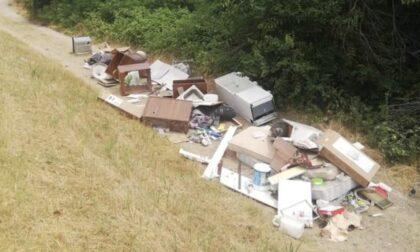 Mobili ed elettrodomestici abbandonati in strada: incivile rintracciato e multato