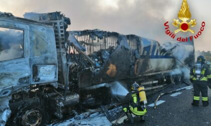 Camion a fuoco in autostrada: mezzo distrutto e lunghe code in A1