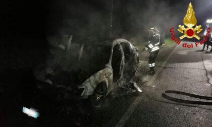 Tre incendi in una notte: dall'auto di lusso al muletto